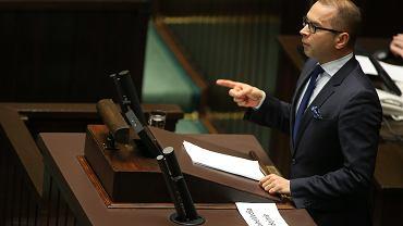 Poseł Szczerba z transparentem 'Wolne Media' na mównicy sejmowej. 33 Posiedzenie Sejmu VIII Kadencji