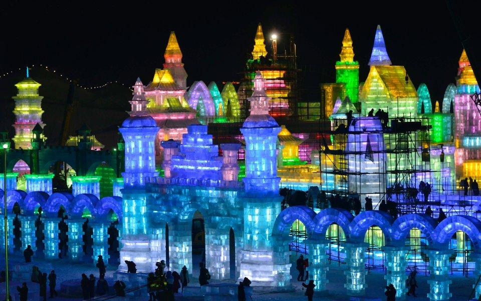 Podświetlone rzeźby przygotowane z okazji 30. edycji Festiwalu Lodu i Śniegu w Harbinie w Chinach. Jak podali organizatorzy, do przygotowania rzeźb zużyto 180 tys. metrów sześciennych lodu. Impreza potrwa do 5 stycznia.