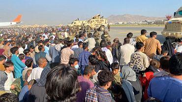 Afgańczycy na lotnisku w Kabulu, którzy próbują uciec z kraju opanowanego przez talibów, 16 sierpnia 2021 r.