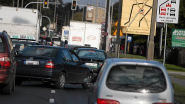 Ul. Fordońska w Bydgoszczy. Drogowcy o jazdę na suwak proszą tutaj od 2008 roku. Najczęściej popełniane błędy: wciskania się w środek korka na sąsiednim pasie ruchu. No i nie ustępowanie włączającym się przez zwężeniem.