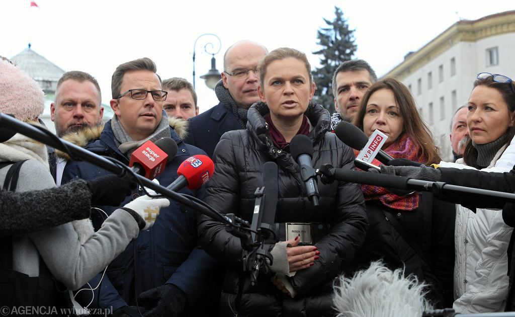 Barbara Nowacka (Inicjatywa Polska) przedstawia projekt zasad rozdziału państwa od kościoła. Warszawa, ul. Wiejska - przed Sejmem, 6 stycznia 2019