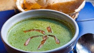 Zupa krem ze szpinaku z wędzonym łososiem