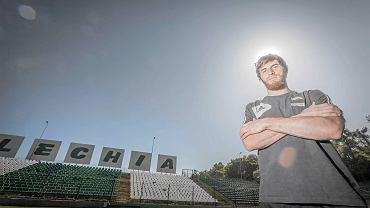 Podobną sesję miał też czeceński napastnik Zaur Sadajew. Fotograf tak uchwycił słońce nad głową zawodnika, które przypominać ma aureolę. Jednak napastnik aniołkiem na boisku na pewno nie był.