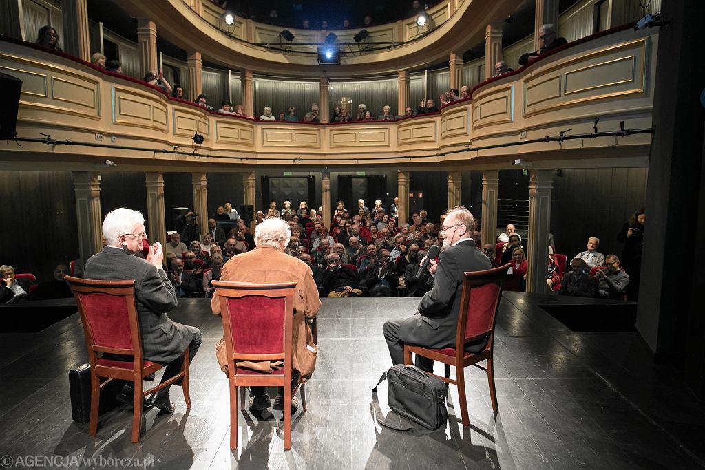 Teatr Stary w Lublinie. Debata wokół książki 'Między Panem a Plebanem'.
