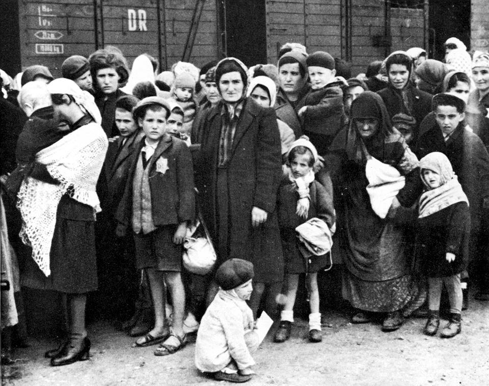 Więźniowie na rampie kolejowej w Auschwitz, lato 1944