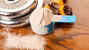 Białko serwatkowe to jeden z suplementów najczęściej wybieranych przez osoby regularnie ćwiczące na siłowni