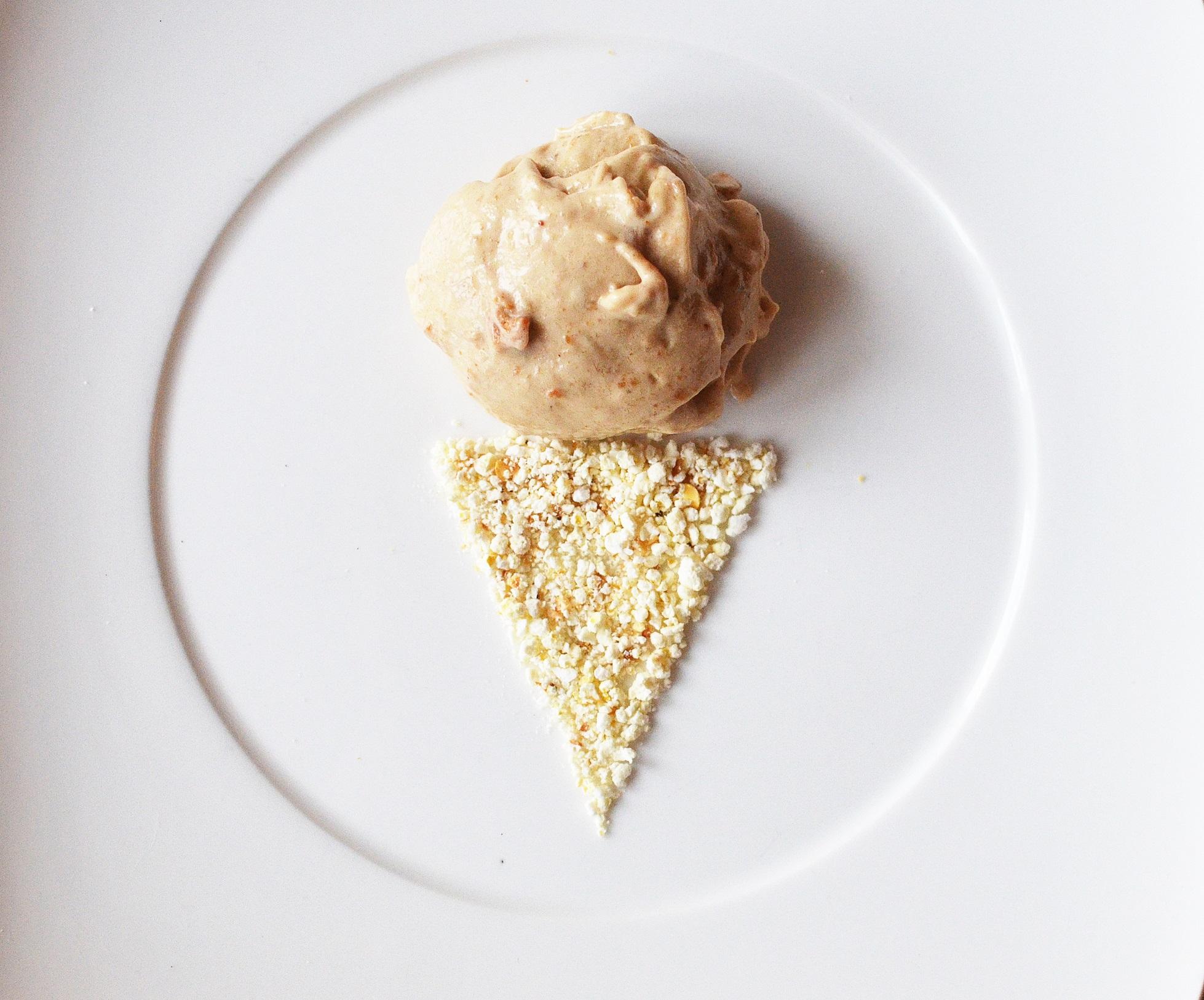 Idealne lody: banan, masło orzechowe, popcorn, sól morska (fot. Jagna Niedzielska / Architektura Kulinarna)