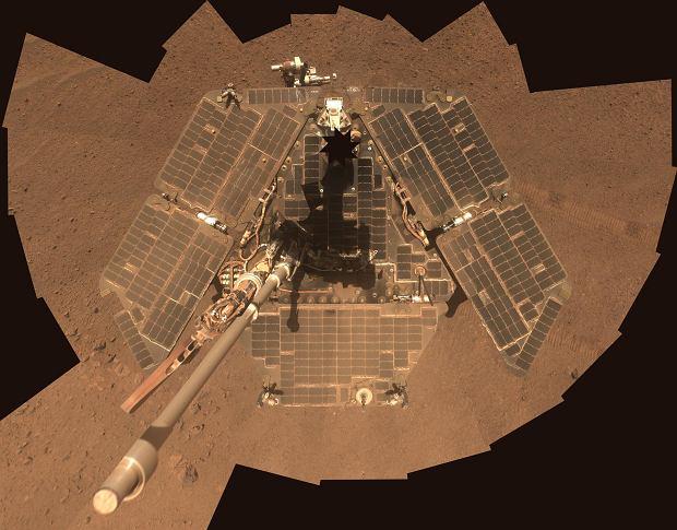 A tak 'Oppy' wyglądał dziesięć lat później, w 2014 roku. Widać, że panele słoneczne są przykryte warstwą pyłu