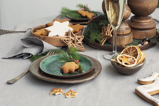 Stół wigilijny w rustykalnym stylu. Te dekoracje urządzą dom na święta