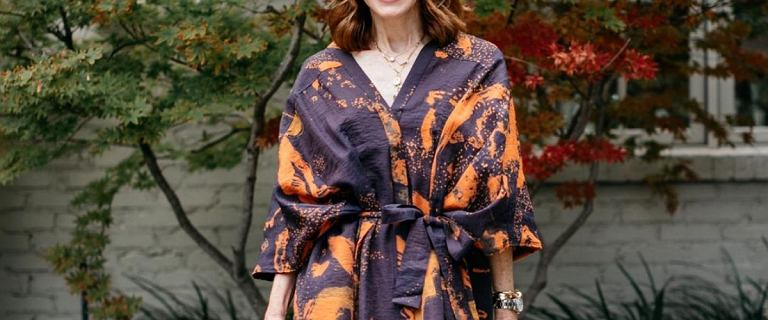 Te sukienki dla 50-tek są doskonałe na jesień! Piękne, wysmuklające modele teraz na wyprzedaży!