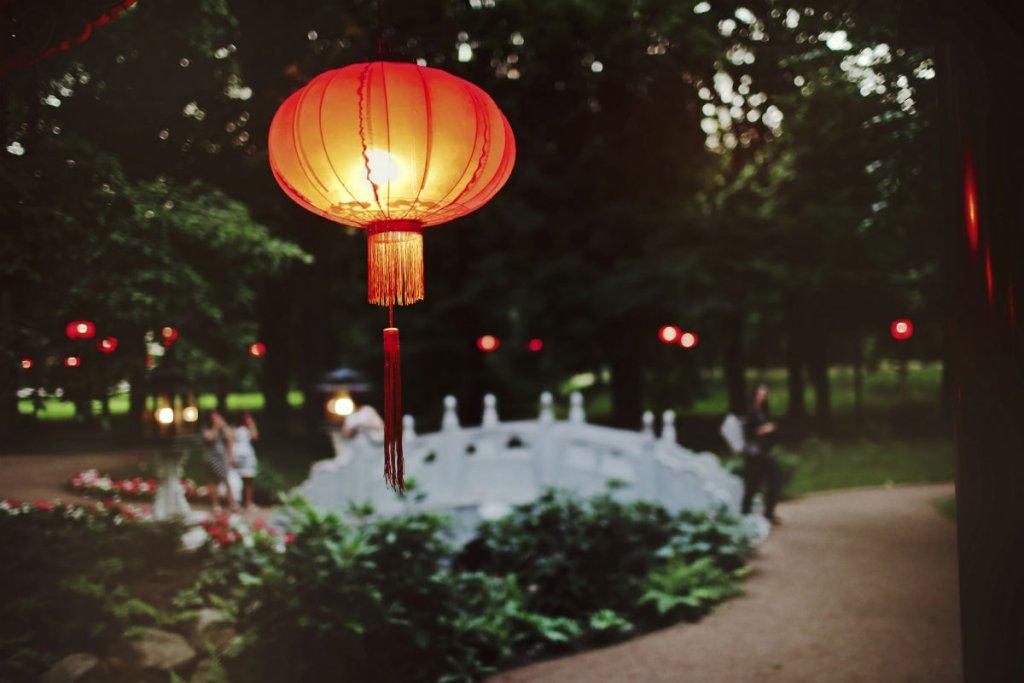 W Łazienkach Królewskich rozbłysną lampiony szczęścia. Dekoracje przyjechały prosto z Chin.