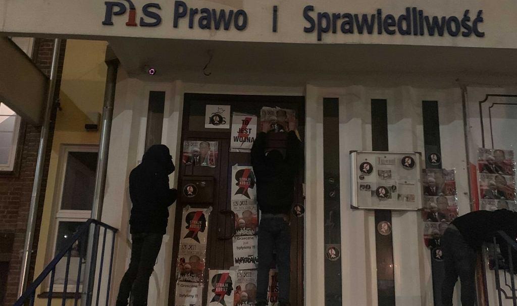 Plakaty z symbolami Strajku Kobiet na drzwiach biura PiS w Szczecinie