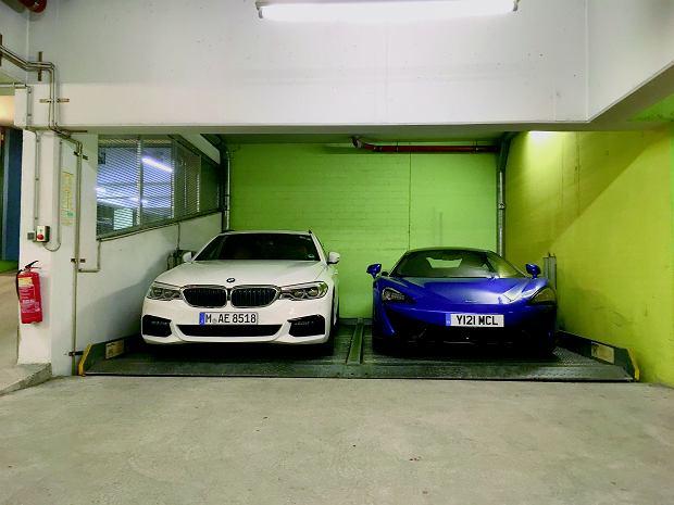 Jedyne wolne miejsce na hotelowym parkingu w Norymberdze. W tym ustawieniu nie da się otworzyć drzwi kierowcy.