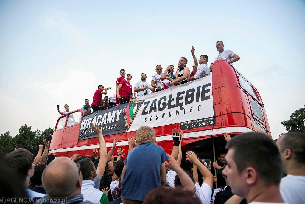 Dopełnieniem fety na Stadionie Ludowym - z okazji awansu do Ekstraklasy - był przejazd piłkarzy Zagłębia Sosnowiec piętrowym autobusem ulicami miasta.