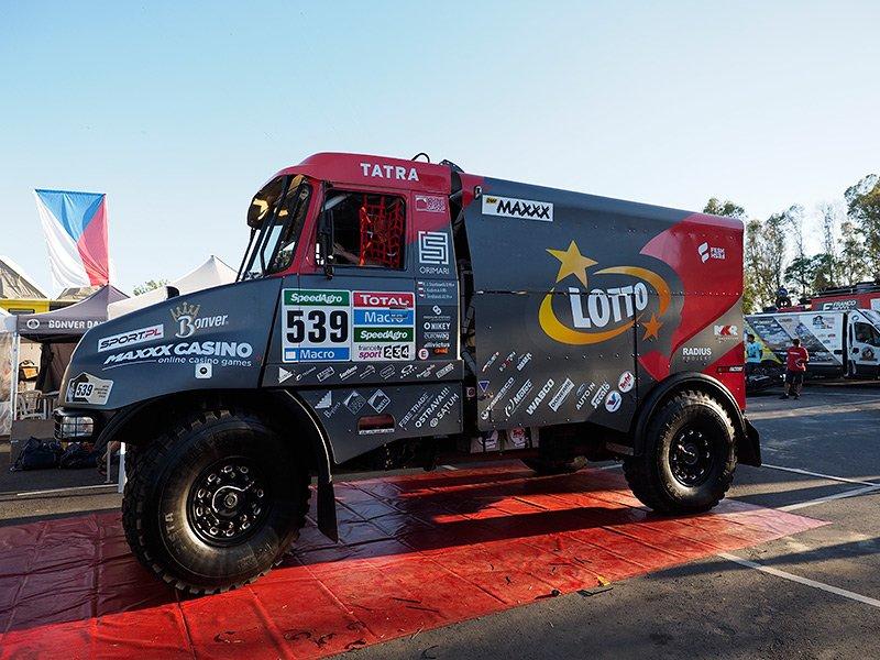 Ciężarówka Lotto Team, którą w tegorocznym Rajdzie Dakar startują Robin Szustkowski, Jarek Kazberuk i Filip Skrobanek. Po trzech etapach ekipa zajmuje 40. miejsce w klasyfikacji generalnej. Jeśli dobrze się przyjrzycie, na ciężarówce możecie znaleźć znajome logo...