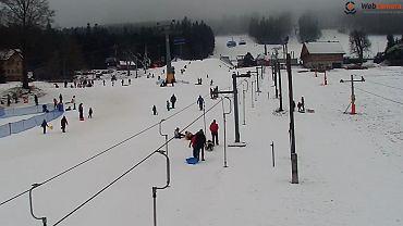 Ośrodek narciarski Zieleniec Ski Arena. Stoki są pozamykane, ale turyści tłumnie przyjeżdżają z własnymi sankami.