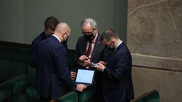 Łukasz Schreiber, minister zdrowia Adam Niedzielski, wiceminister spraw wewnętrznych i administracji Paweł Szefernaker  podczas prac nad ustawa o przeciwdziałaniu i zapobieganiu epidemii COVID-19