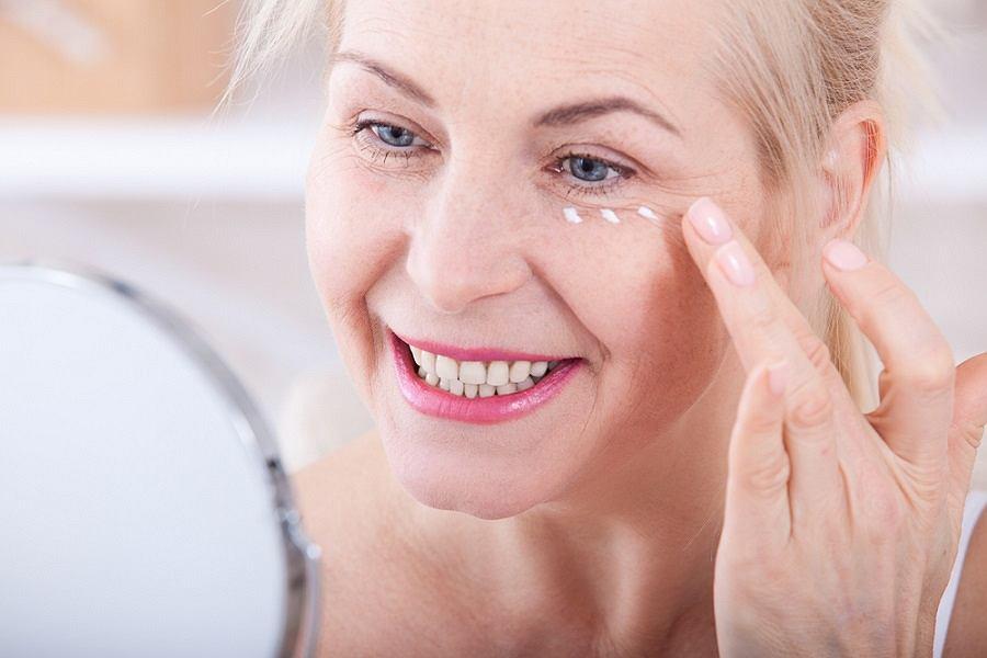 Pielęgnacja skóry w dojrzałym wieku. Jakich składników szukać w kosmetykach?