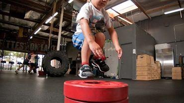 W młodszych grupach wiekowych z reguły wyłączone są wszystkie ćwiczenia uwzględniające podnoszenie ciężarów