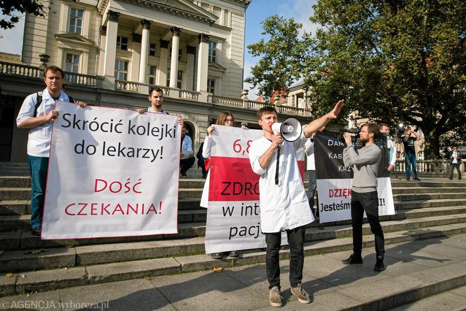 14.10.2017 Poznan , Plac Wolnosci . Pikieta wspierajaca protest lekarzy rezydentow zorganizowana przez studentow medycyny .