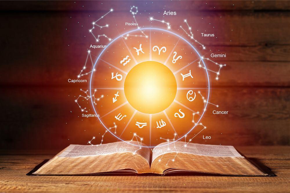 Horoskop dzienny - 22 stycznia [Baran, Byk, Bliźnięta, Rak, Lew, Panna, Waga, Skorpion, Strzelec, Koziorożec, Wodnik, Ryby]. Zdjęcie ilustracyjne