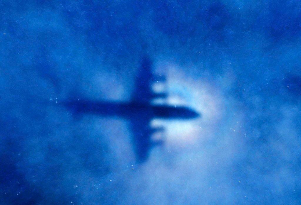 Cień samolotu Królewskich Sił Powietrznych Nowej Zelandii P3 Orion, który brał udział w poszukiwaniach zaginionego boeinga 777