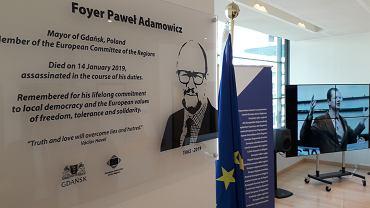 Foyer z tablicą upamiętniająca Pawła Adamowicza