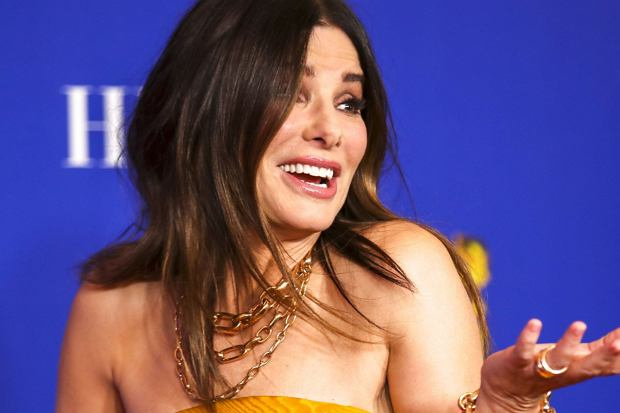 Sandra Bullock często pojawia się na imprezach branżowych. Na czerwonym dywanie zachwyca swoimi kreacjami i nienagannym makijażem. Teraz jednak paparazzi przyłapali aktorkę, kiedy na jej twarzy nie było grama make-upu. Zobaczcie sami.