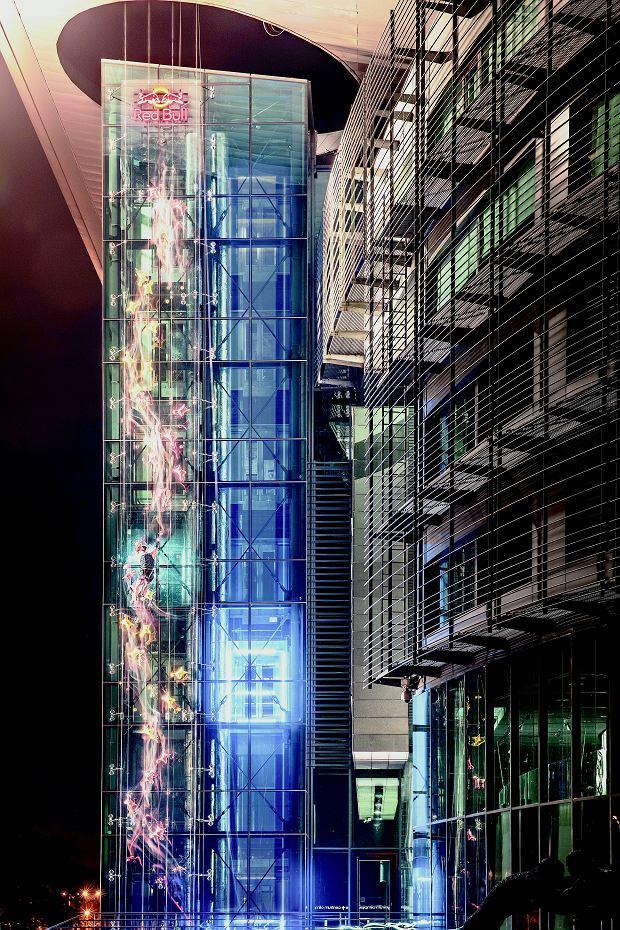Marcin Dzieński ścigał się z superszybką windą w Centrum Olimpijskim w Warszawie. Pokonanie 23 metrów zajęło mu 12,12 s. Czasu drugiej na mecie windy światowe agencje nie podają.