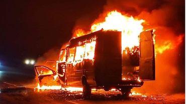 Płonący autokar klubu z Brzegu