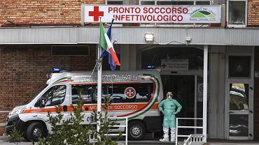 Neapol, karetka z pacjentem podejrzanym o zakażenie koronawirusem przed szpitalem Cotugno.