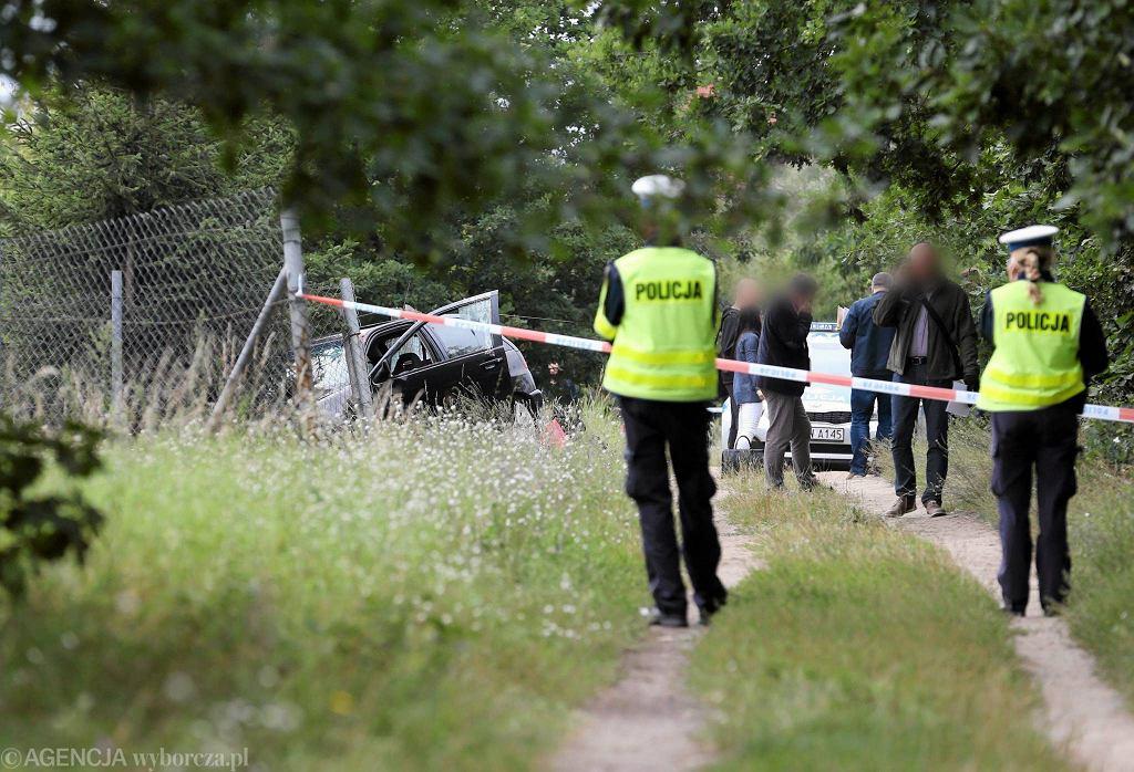 Ekipy śledcze na miejscu śmiertelnego postrzelenia 22-letniego kierowcy