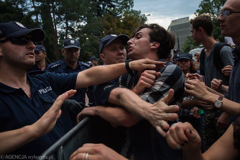 Protesty pod sejmem. Partia rządząca przepchnęła ustawę dzięki której przejmie Sąd Najwyższy. Warszawa, 20 lipca 2018