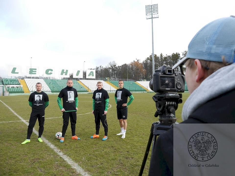 Nagrania na stadionie przy ul Traugutta. Od lewej: Piotr Wiśniewski, Mateusz Bąk, Sebastian Mila i Marcin Pietrowski.