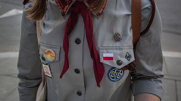 Harcerze rozdają przypinki w miejscach pamięci Powstania Warszawskiego