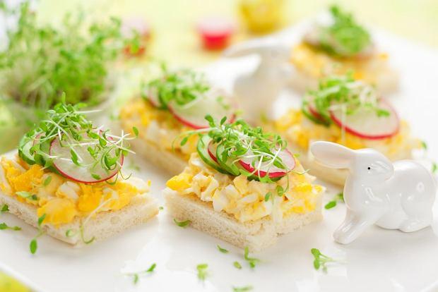 Pasty na wielkanocne śniadanie nie muszą ograniczać się do jajek z majonezem. Oto kilka inspiracji [PRZEPISY]