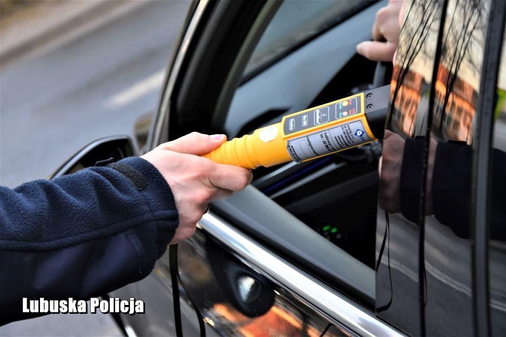 Policja, badanie alkomatem. Zdjęcie ilustracyjne