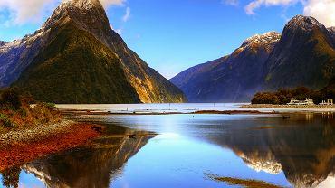Nowa Zelandia - Park Narodowy Fiordland. Największy park narodowy w Nowej Zelandii, znajduje się na Wyspie Południowej. Chroni fiordy, z których najsłynniejszy nosi nazwę Fiordu Milforda. Fiord ma 19 kilometrów długości i początek bierze w malowniczej Zatoce Milforda.