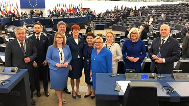 Posłowie PiS pozują do zdjęć pierwszego dnia prac w Parlamencie Europejskim