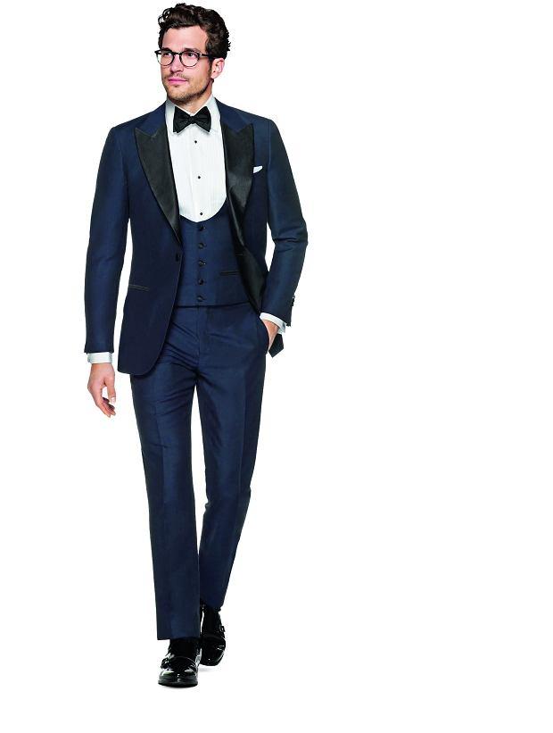 Smoking składa się z: czarnej marynarki jedno- lub dwurzędowej z atłasowymi albo jedwabnymi klapami (1), spodni zazwyczaj z atłasowym lampasem (2), białej koszuli smokingowej (bez stójki - ta ze stójką jest do fraka!) (3), kamizelki (jeśli smoking jest jednorzędowy), pasa smokingowego (absolutna konieczność) (4) i - jak sugeruje nazwa dress code'u 'black tie' narzucającego smoking - czarnej muchy (5)