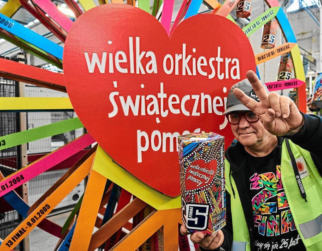 Jurek Owsiak podczas wizyty w zakładzie Stora Enso Poland, produkującej tekturowe puszki na Finał Wielkiej Orkiestry Świątecznej Pomocy WOŚP. Zdjęcie zrobiono w grudniu 2016, przed 25. Finałem WOŚP.
