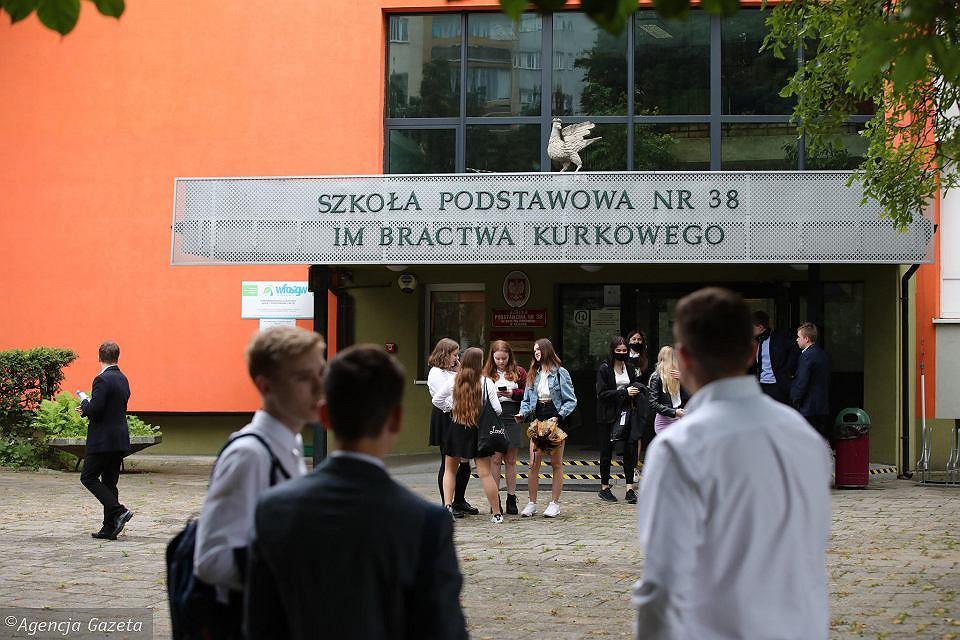 Szkoła Podstawowa nr 38 im. Bractwa Kurkowego w Krakowie. Młodzież po zakończeniu egzaminu ósmoklasisty z języka polskiego. 16.06.2020