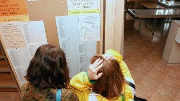 I Liceum Ogólnokształcące w Toruniu. Wywieszanie list z nazwiskami uczniów przyjętych do I LO