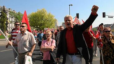Pierwszomajowy marsz Kancelarii Sprawiedliwości Społecznej w 2012 r. Z uniesioną pięścią Piotr Ikonowicz