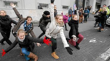 15 stycznia. Protest uczniów szkoły baletowej przed poznańskim sądem