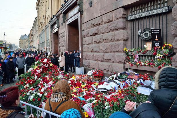 Mieszkańcy Petersburga składają kwiaty ofiarom zamachu terrorystycznego z 3 kwietnia 2016 r. (fot. Shutterstock)