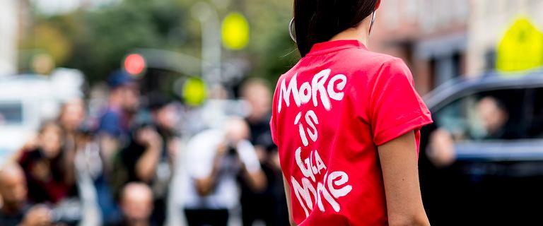 Te t-shirty Armani sprawdzą się świetnie podczas wysokich temperatur! Zobacz modne nowości na lato 2021!