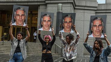 Protest członkiń grupy 'Hot Mess' przed Sądem Federalnym w Nowym Jorku. W dłoniach trzymają portrety Jeffreya Epsteina, oskarżonego o zorganizowanie siatki handlu nieletnimi dziewczętami. Nowy Jork, 8 lipca 2019.
