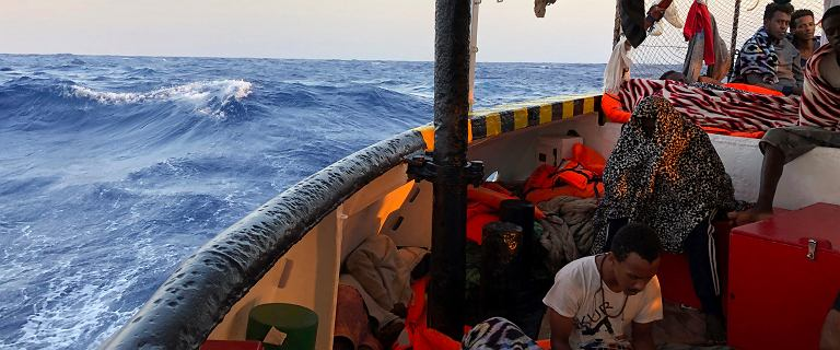 Lampedusa. Hiszpański statek z migrantami bez zgody na wejście do portu