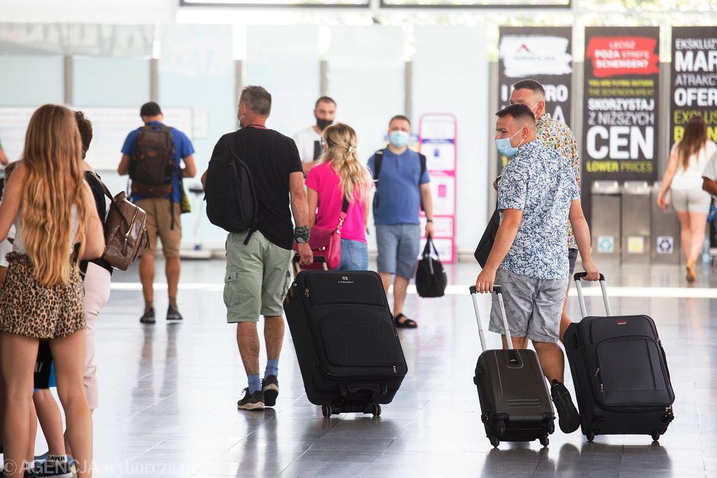 Rząd przywraca kwarantannę dla osób wracających spoza strefy Schengen